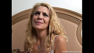 Pleasing mature lady lies back and bonks her soaked cum-hole for u